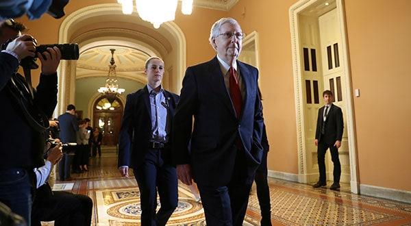 El líder del Senado de EEUU, Mitch McConnell, a su salida de la sala en Washington donde se discutió sobre la ley temporal.