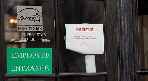 Cartel de cierre en entrada de personal de la Agencia de Protección Ambiental de EEUU.