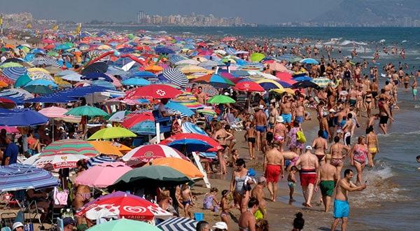 Bañistas en una playa en Gandia, cerca de Valencia, España, el segundo país más visitado del mundo durante 2018 / REUTERS/Heino Kalis