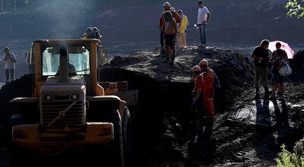Socorristas trabajan sobre el alud de lodo que escapó de una represa de minera brasileña Vale en Brumadinho, Brasil.