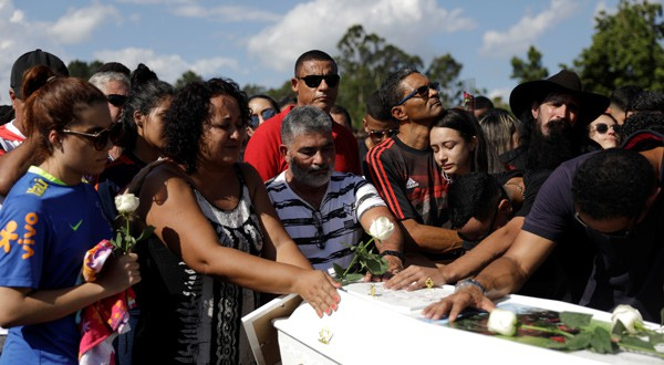 Familiares de los jugadores fallecidos en el incendio del Flamengo