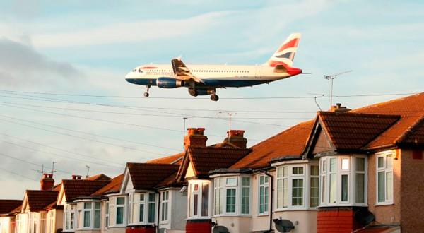 British Airways Airbus A320-232 sobrevuela unas casas en Myrtle Avenue según llega al aeropuerto de Heathrow Airport en Londres.