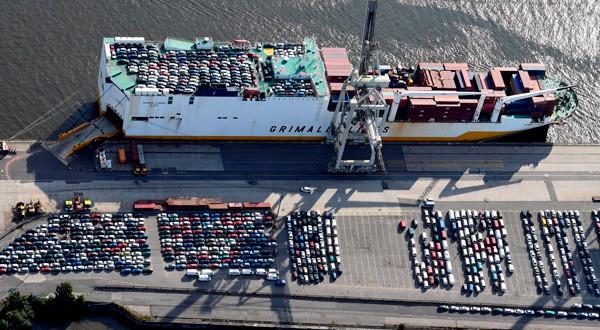 Coches para su exportación en un barco en el puerto de Hamburgo, Alemania.