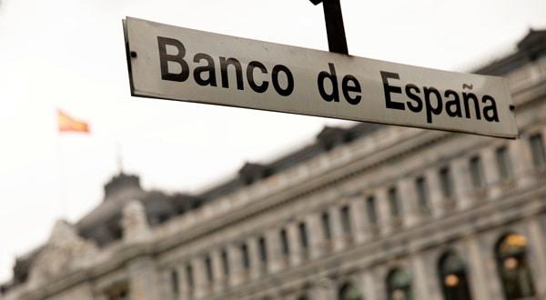 La boca de metro de Banco de España frente al edificio del mismo en Madrid, España.