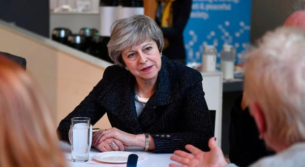 La primera ministra Theresa May visita un centro en Belfast, Irlanda del Norte, el 5 de febrero de 2019.