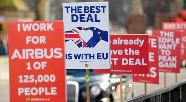 Carteles contra el Brexit en una calle londinense el 30 de enero de 2019.