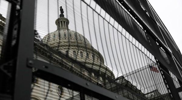 Verjas rodeando parte del edificio del Capitolio en Washington, EEUU.