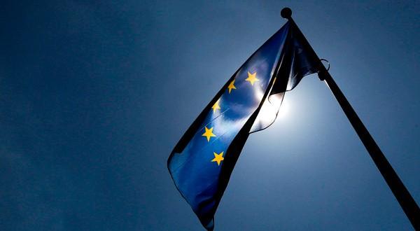 Bandera de la Unión Europea ondea en la sede de la Comisión Europea.