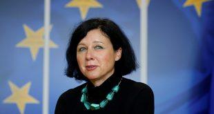 """Arabia Saudí fue considerada como una """"amenaza"""" por sus controles laxos sobre la financiación del terrorismo y el blanqueo de capitales. En la imagen de archivo, la comisionada de Justicia europea, Vera Jourova, en la sede de la Comisión Europea en Bruselas."""