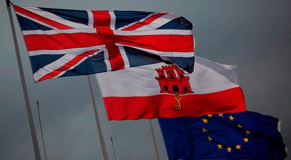 La 'Union Jack' británica, bandera de Gibraltar y bandera de la Unión Europea.