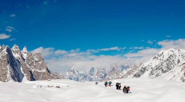 Excursionistas recorren el glaciar Baltoro en la Cordillera del Karakórum en Pakistán.