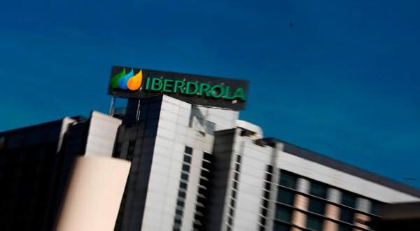 El logo de Iberdrola en un edificio en Madrid.