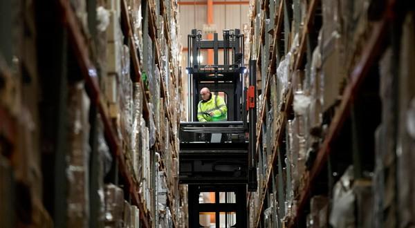 En la imagen, un empleado opera un montacargas para trasladar mercancía en los almacenes Miniclipper Logistics en Leighton Buzzard, Reino Unido, el 3 de diciembre de 2018.