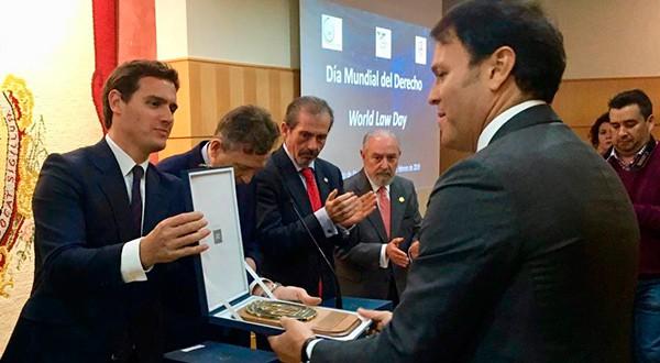 Premian a Jorge Neri y a Cambio16 por defender la Democracia y el Estado de Derecho. El presidente de Ciudadanos, Albert Rivera, entregó el reconocimiento en un acto en el Colegio de Abogados de Málaga