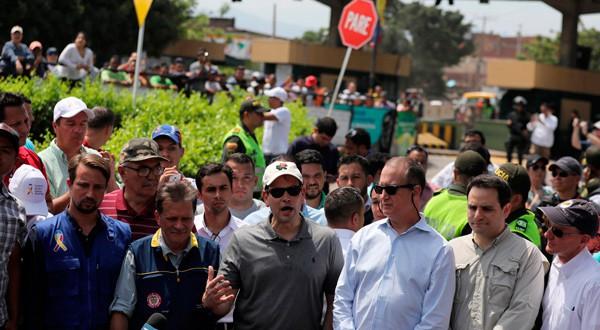 El senador estadounidense Marco Rubio (de gorra blanca y gafas oscuras) habla durante una conferencia de prensa en Cúcuta, en la frontera entre Colombia y Venezuela.