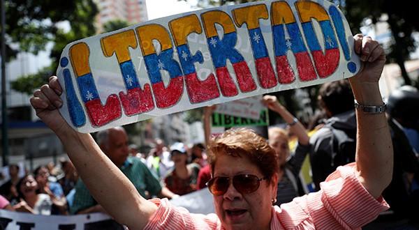 Aumenta el cerco mundial a Nicolás Maduro, mientras Caracas se moviliza este sábado para darle un espaldarazo al líder Juan Guaidó