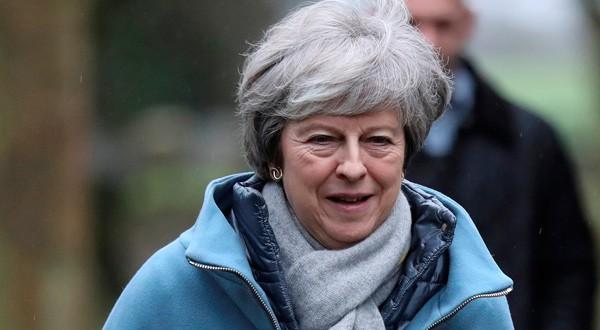 Theresa May saliendo de una iglesia cerca de High Wycombe, Reino Unido.