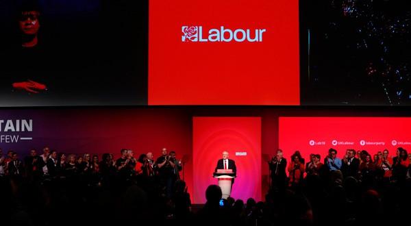 En la imagen, el líder del Partido Laborista, Jeremy Corbyn, da un discruso en un congreso del partido en Liverpool, Reino Unido.