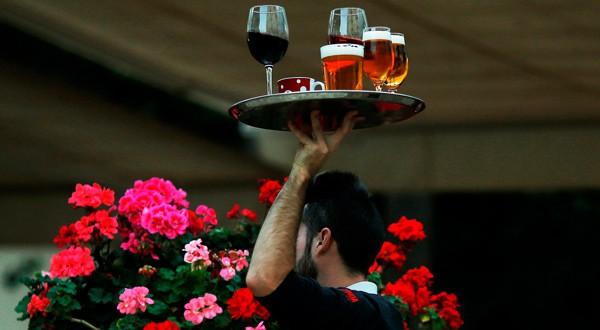 Un camarero con una bandeja en un restaurante de Málaga.