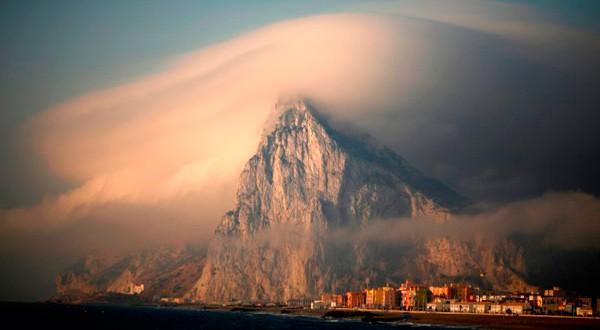 Peñón de Gibraltar bajo las nubes.