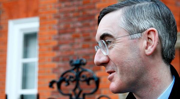 El parlamentario británico del Partido Conservador Jacob Rees-Mogg fuera de su residencia en Londres.