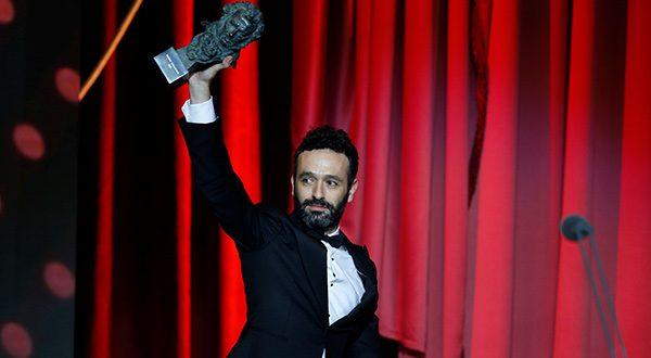 """El director de """"El Reino"""", Rodrigo Sorogoyen levanta su premio Goya por la mejor dirección en la gala celebrada en Sevilla este 2 de febrero"""