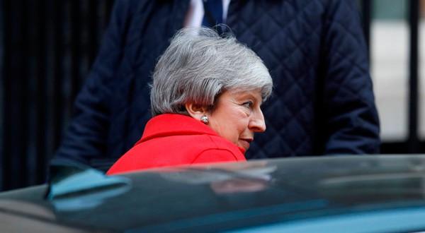 La primera ministra Theresa May sale de Downing Street en Londres, el 26 de febrero de 2019.