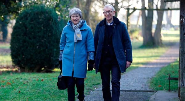La primera ministra británica, Theresa May y su marido Philip salen de una iglesia cerca de High Wycombe, Reino Unido.