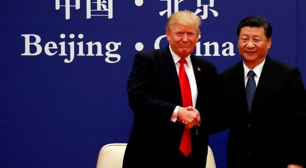 El presidente de Estados Unidos, Donald Trump, y el presidente de China, Xi Jinping, se reúnen con líderes empresariales en el Gran Salón del Pueblo en Beijing, China, 9 de noviembre de 2017.