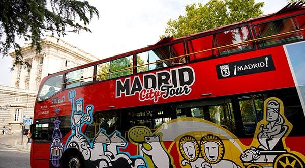 Autobús turístico en las afueras del Palacio Real en Madrid.
