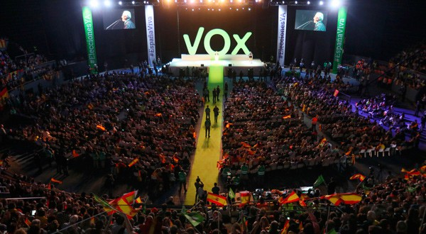 Seguidores del partido VOX en un acto en el Palacio Vistalegre, Madrid.