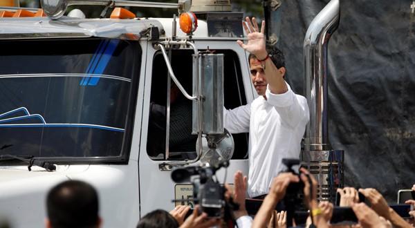 Juan Guaidó, presidente encargado de Venezuela, en uno de los camiones con ayuda humanitaria