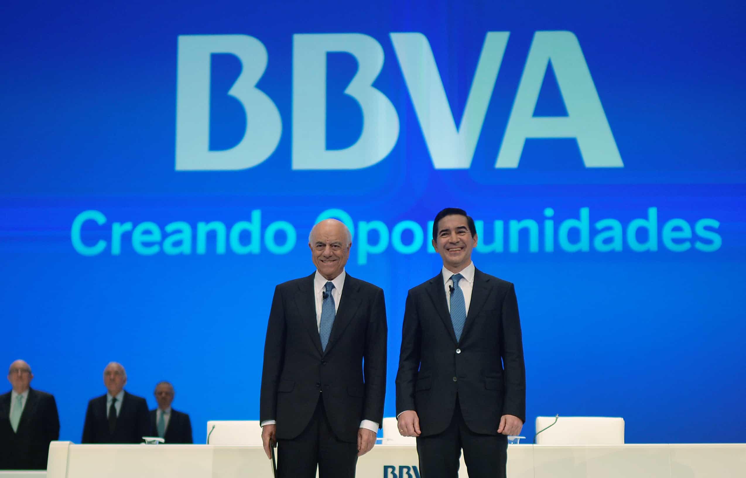 El presidente ejecutivo de BBVA, Francisco González, y el consejero delegado, Carlos Torres Vila, durante una junta de accionistas en el Palacio Euskalduna en Bilbao, España. 16 de marzo 2018. REUTERS/Vincent West