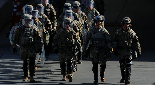 Soldados y agentes fronterizos realizan un ejercicio en el puerto de entrada de San Ysidro, San Diego.