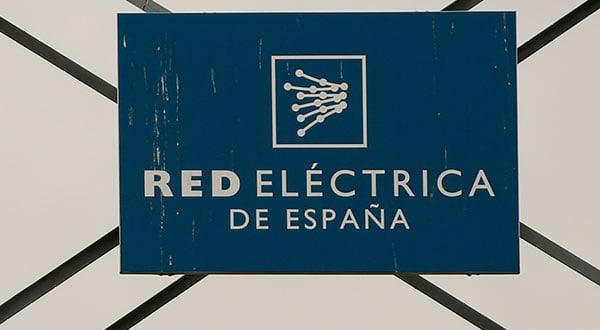 El logo de Red Eléctrica en una torre del sistema de transmisión en Alcobendas, Madrid.