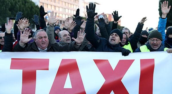Entre sus acciones más emblemáticas, el 23 de enero los taxistas de Madrid manifestaron en el exterior de los pabellones de la feria IFEMA.