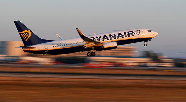 Un Boeing 737-800 de Ryanair despega de un aeropuerto en Palma de Mallorca, España.