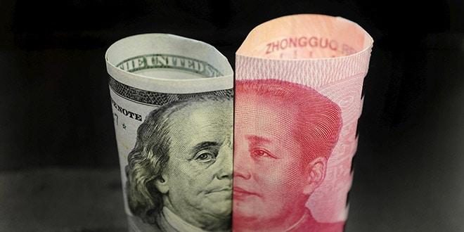 Billete estadounidense de 100 dólares, de Franklin, y billete chino de 100 yuanes con el fallecido presidente chino Mao Zedong.