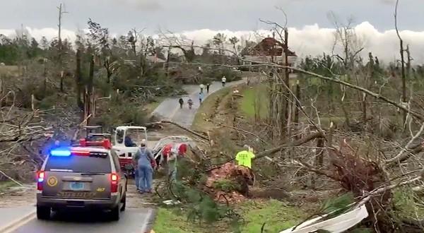 Al menos 23 personas fallecieron luego de tornados en Alabama. Equipos de rescate retomaron este lunes la búsqueda de desaparecidos