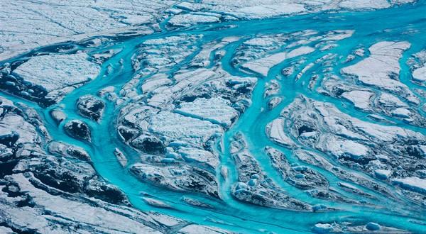 Ríos de agua corren por el deshielo en el Ártico. Cortesía: National Geographic