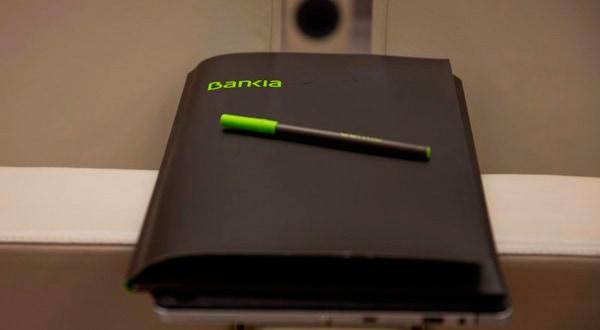Logo de Bankia en una carpeta tomada en una rueda de prensa para informar sobre uno de sus resultados anuales