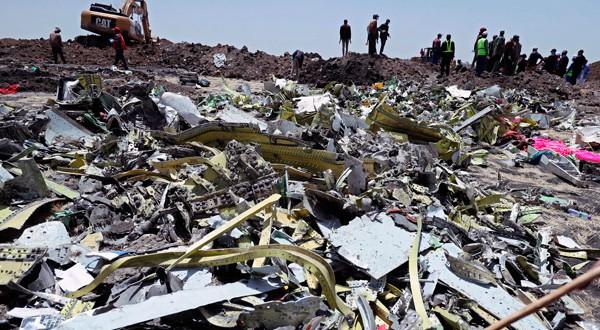 Restos del vuelo ET 302 accidentado de Ethiopian Airlines cerca de Bishoftu, al sureste de Adis Abeba, Ehiopía, el 11 de marzo de 2019.