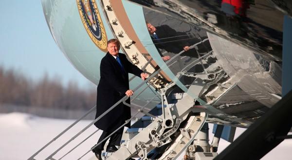 Foto del jueves del presidente de EEUU, Donald Trump, subiendo al Air Force One para continuar su viaje a Washington tras una parada de repostaje en Anchorage, Alaska.