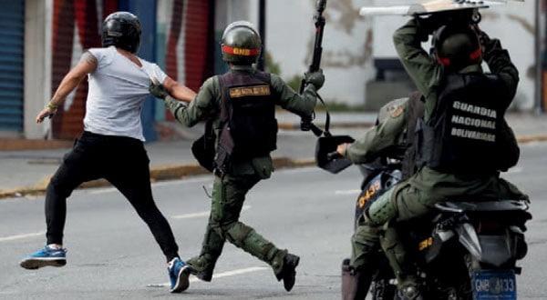 Brutal represión: Nicolás Maduro utiliza a la Guardia Nacional Bolivariana como fuerza de choque contra las manifestaciones populares, que han dejado decenas de muertos y miles de heridos en las calles.