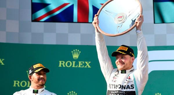 Valtteri Bottas levantando el trofeo del GP de Australia.