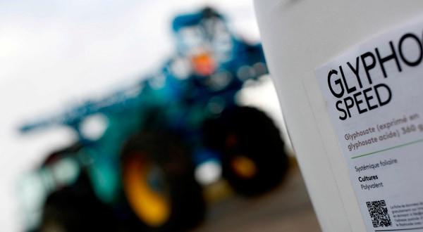 Un envase de glifosato junto a un tractor en Ouzouer-sous-Bellegarde, Francia.
