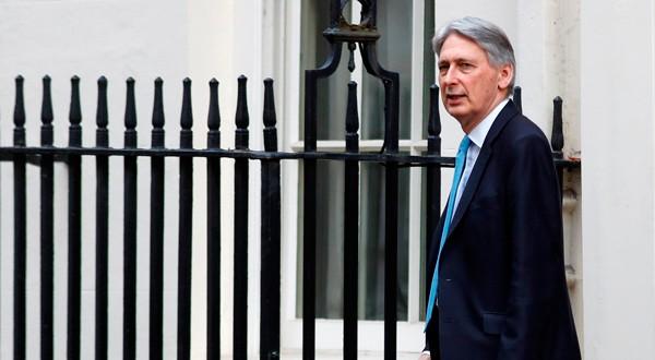 El ministro de Finanzas británico, Philip Hammond, fuera de Downing Street en Londres.