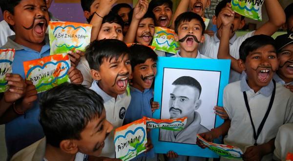 Un grupo de niños festeja la liberación del piloto de las fuerzas aéreas de India, Abhinandan Varthaman.