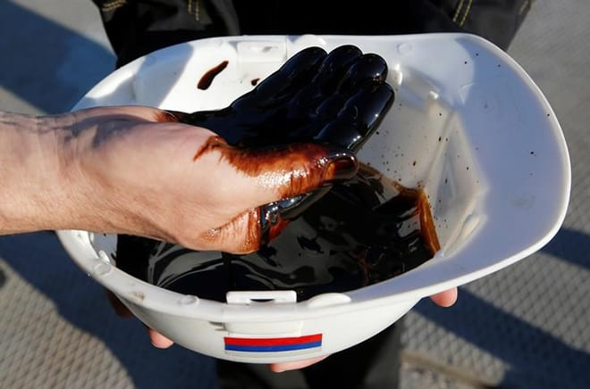 Los productores de petróleo continúan con los recortes para incrementar precios