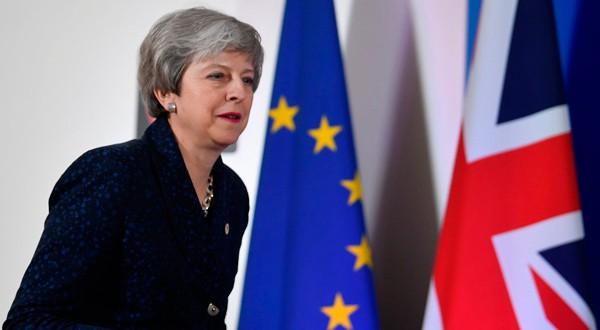 La primera ministra británica, Theresa May, llega a una sesión informativa después de reunirse con los líderes de la UE en Bruselas.